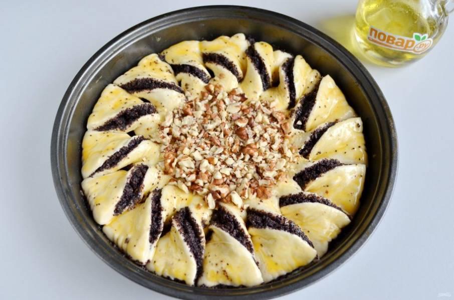 9. Уберите пиалочку, смажьте пирог желтком. В центр положите орешки рубленные. Поставьте в теплое место на 15-20 минут.