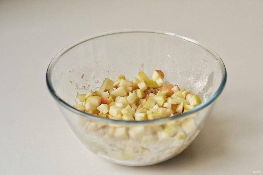 В сухую смесь добавьте яблочный сок, а затем яблочные кубики. Хорошенько перемешайте.