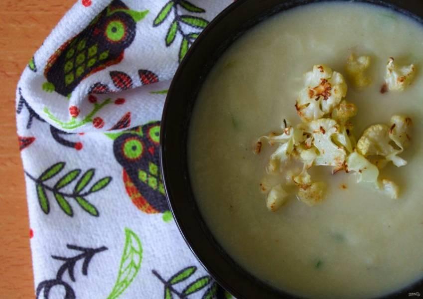 7.Разлейте суп по тарелкам, украсьте обжаренной капустой и подавайте к столу.