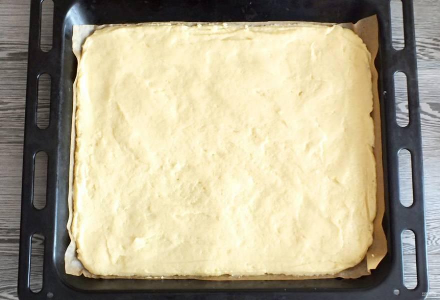 Противень застелите пергаментной бумагой. Выложите тесто. Хорошо разровняйте. Поставьте выпекаться в разогретую до 180 градусов духовку на 20-25 минут. Учитывайте особенности своей духовки.