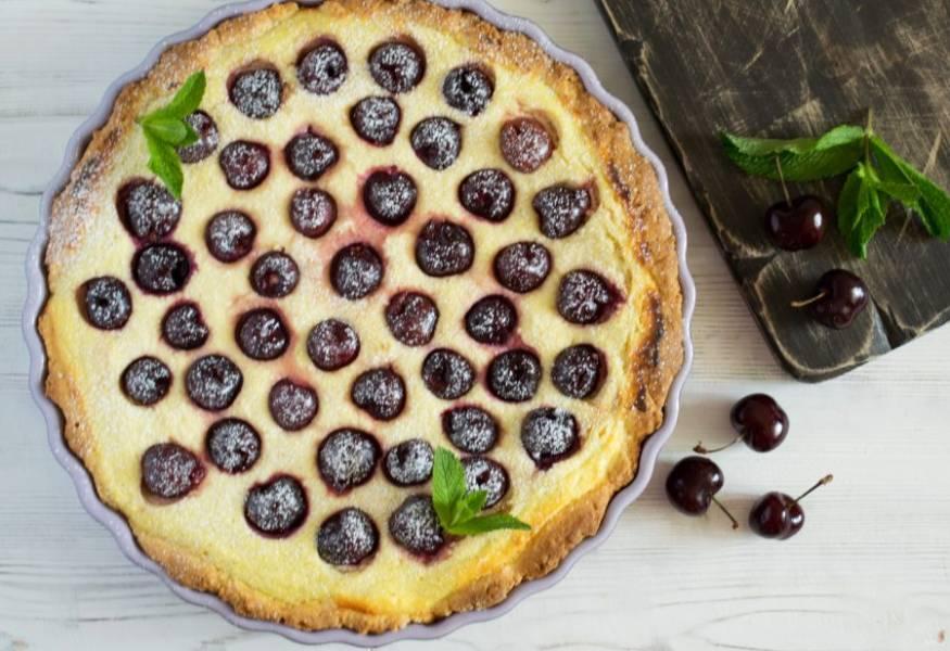 Пирог остудите. Можно украсить сахарной пудрой и листиками мяты. Приятного аппетита!