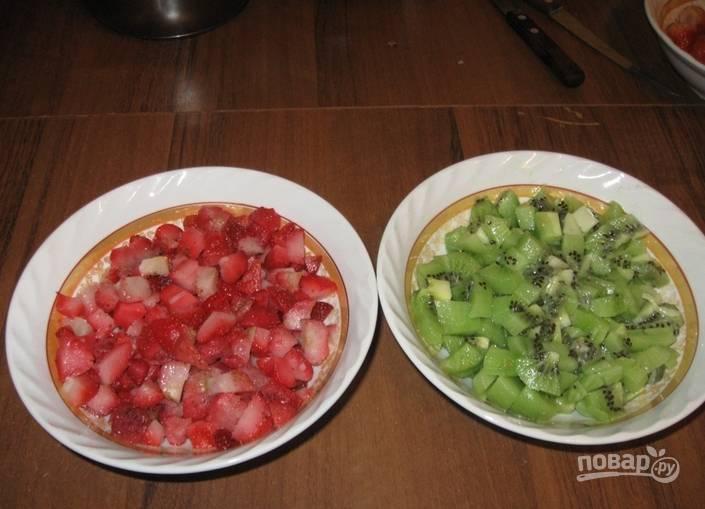 2. Пока готовятся коржи, помоем, обсушим и нарежем мелко наши фрукты.