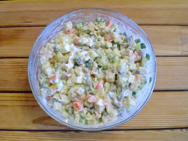 """12. Салат """"Столичный"""" по классическому рецепту готов! Дайте салату минут 10-15 настояться и можно подавать к столу."""