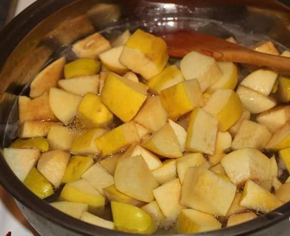 1. Сахар и воду сразу добавим в кастрюлю, доводим до кипения, сахар должен растаять. Добавим айву, нарезанную тонкими ломтиками или соломкой.