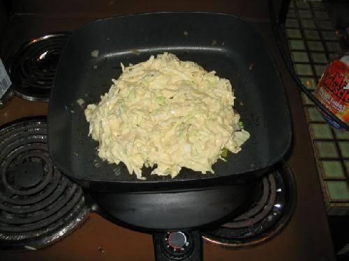 Затем положить сверху капусту и прикрыть все это тестом.