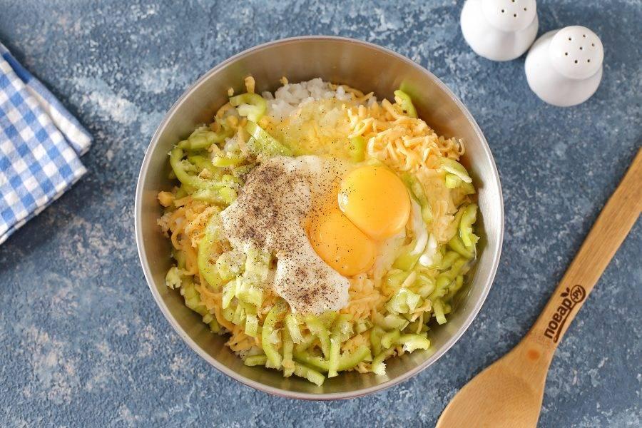 Переложите кабачок в глубокую миску, добавьте отваренный до полуготовности рис, яйца, сметану, нарезанный соломкой перец, тертый сыр, соль и специи по вкусу.