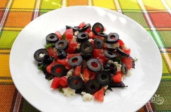 5. В конце добавьте измельченные маслины и грибы. Посолите и поперчите салатик по вкусу, полейте небольшим количеством оливкового масла.