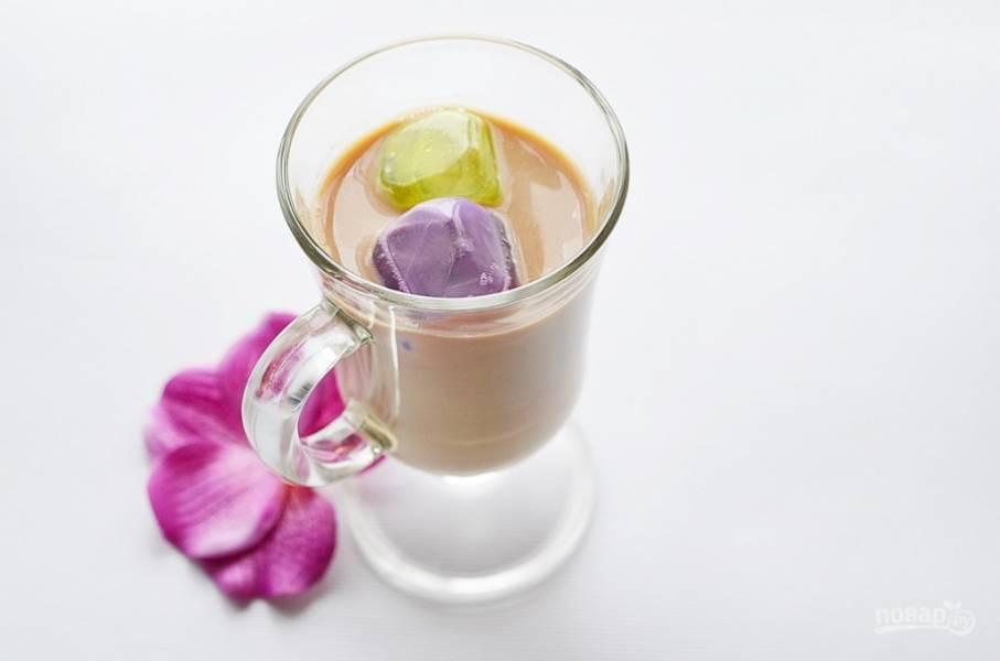 Сверху добавьте в каждый стакан 3-4 ст. л. концентрированного молока. Подавайте, когда молоко стечет по льду и смешается с чаем.