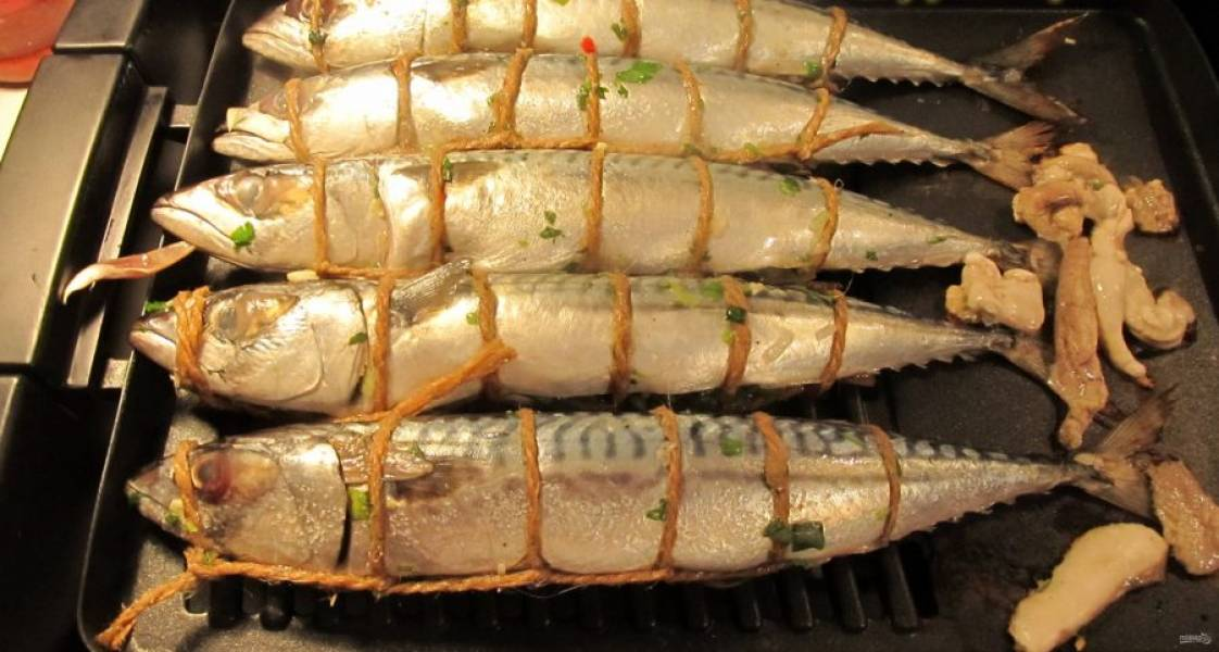 5.Обжаривайте рыбку на гриле или на мангале, переворачивая ее 1 раз.