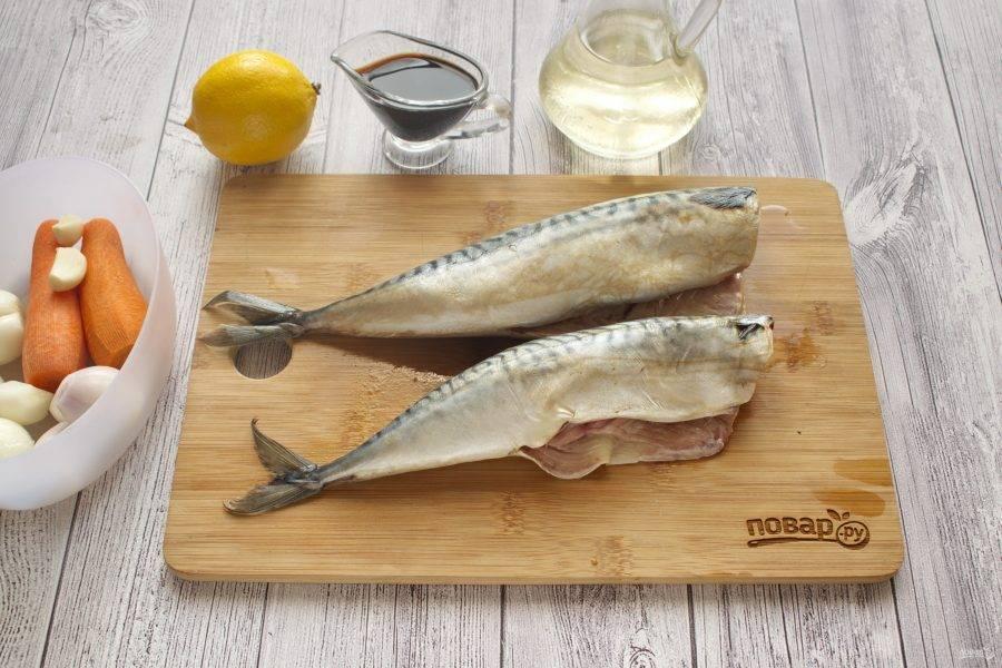У рыбы отрежьте голову и плавники, выпотрошите, удалите  внутри черную пленку. Промойте под холодной водой.