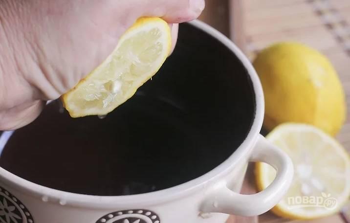 Лимонный сок смешайте с растительным маслом и добавьте цедру.