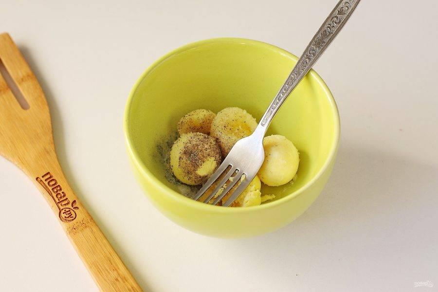 Желтки отделите от белков, добавьте соль, перец, можно добавить по желанию горчицу, после чего все разотрите вилкой.