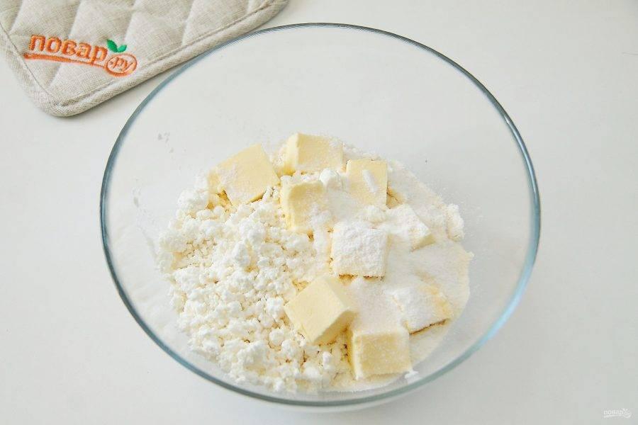 В глубокую миску просейте муку, добавьте творог, 0,5 ч. л. соли, сахар, разрыхлитель и 100 гр нарезанного кубиками сливочного масла.