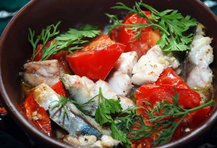 Ошпариваем помидоры, снимаем кожицу, добавляем к рыбе и луку. Также выкладываем чеснок. Сбрызгиваем все оливковым маслом и отправляем в духовку при 200 градусах на 20 минут. Можно накрыть фольгой, потом снять ее и запекать еще минут 5. Пару раз также запекала в горшочках.