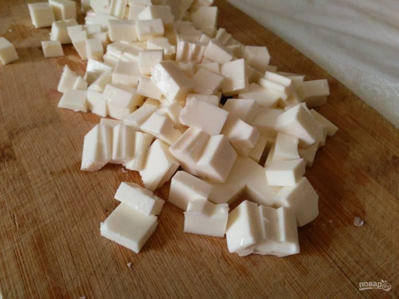 Пока свёкла томится, порежьте мелкими кубиками сыр. Для этого салата хорошо подходят такие сыры, как брынза, мягкий домашний сыр, фета, сербская брынза.