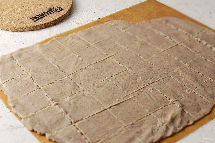 Намажьте тонким слоем получившуюся массу на силиконовый коврик или лист для выпечки. Подсушите в духовке 3-5 часов при температуре 100 градусов. Также можно использовать дегидратор или сушилку для овощей.