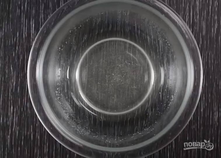 В отдельной емкости смешайте рисовый уксус, соль, сахар. Поставьте емкость в микроволновку на несколько секунд или растворите сахар с солью на водяной бане.