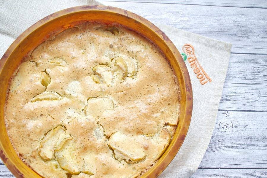 Проверьте готовность пирога на сухую зубочистку, она должна выйти из середины пирога сухой. Дайте пирогу полностью остыть в форме.