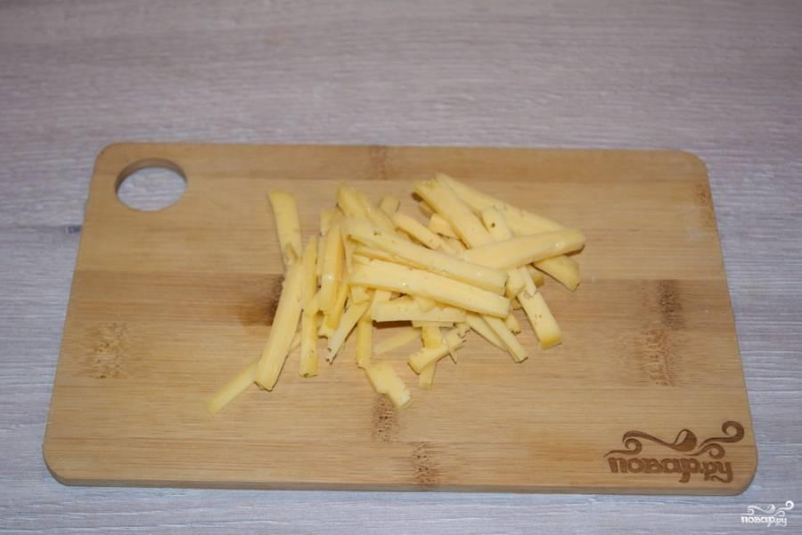 Для приготовления салата нарежьте твердый сыр соломкой.
