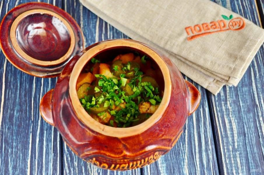 Горшочки с рыбой и солеными огурцами готовы. Посыпьте рубленой зеленью и подайте к столу в горшочке или на тарелочке. Приятного!