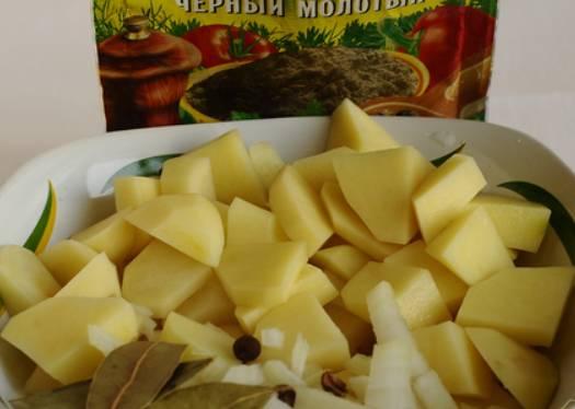 Через 15 минут, добавьте в бульон порезанный картофель и лук, а также лавровый лист и перец горошком. Варите 10-15 минут.