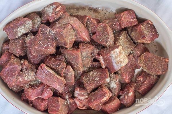 1.Вымойте вырезку и нарежьте мясо небольшими кусочками. Выложите его в миску и добавьте мускатный орех, кардамон, паприку, соль, черный молотый перец и чесночный порошок, перемешайте.