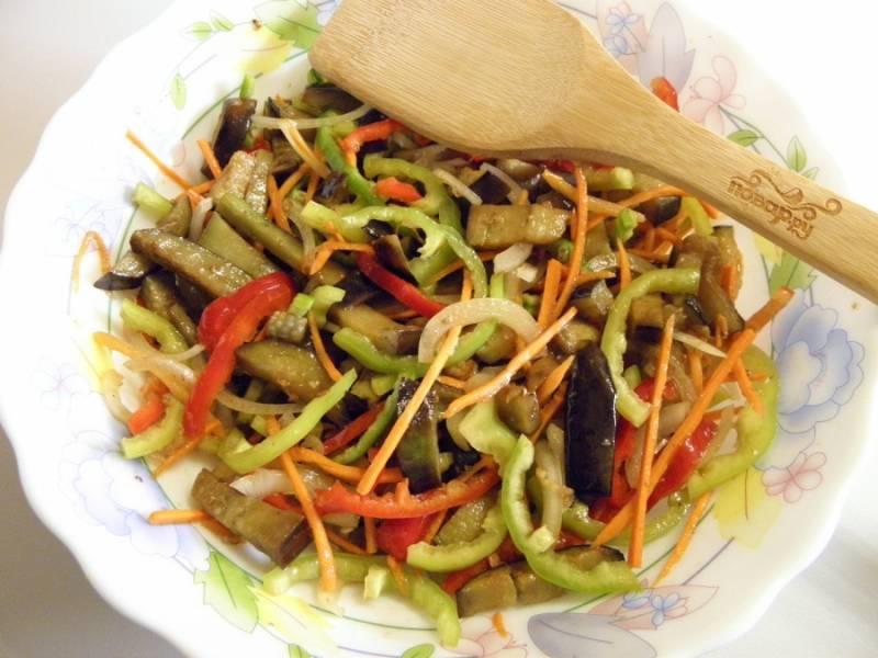 7. Отправьте закуску на 8 часов в холодильник, не забудьте накрыть крышкой тару (или просто затянуть пищевой пленкой), чтобы овощи не заветрились. При подаче закуски посыпьте ее семенами кунжута и украсьте веточкой зелени. Приятного аппетита!