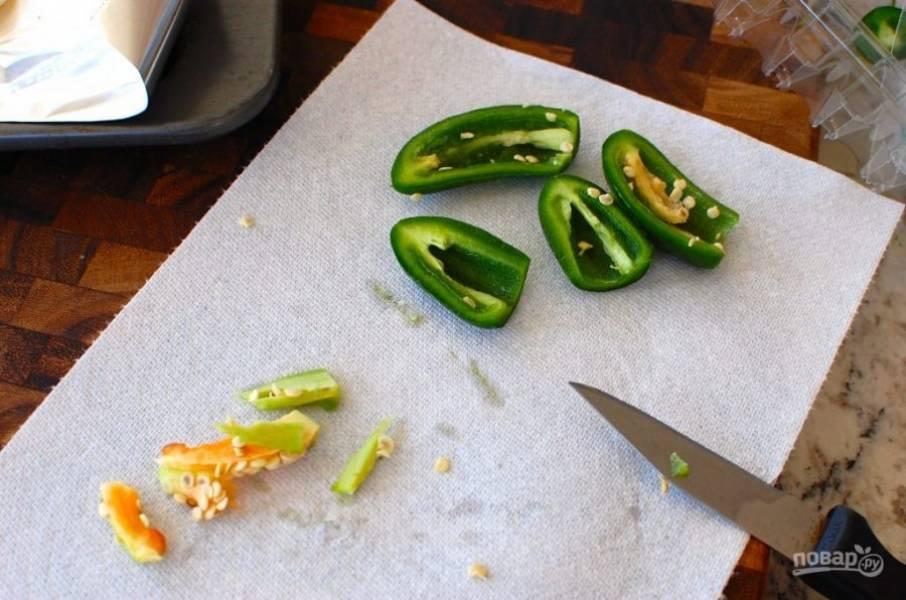 1.Помойте халапеньо, разрежьте его пополам. Если вы хотите более нежную сальсу, то удалите семена, внутреннюю мембрану и используйте только 2 перца; если острую, то семена и мембрану не трогайте и используйте все 4 перца.