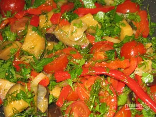 Овощи снимите с огня, добавьте к ним рубленую зелень и нарезанные на две части помидоры черри. Затем влейте к овощам жирные сливки, поперчите и посолите. По желанию можно добавить немного тертого твердого сыра.