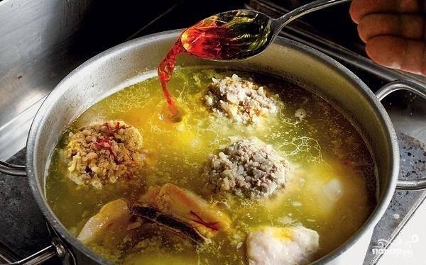 """6. После того, как тефтели и картофель будут полностью готовы, а вода шафрана добавлена, снимите кастрюлю с огня и пусть суп """"Бозбаш"""" настоится минут 15 перед подачей. Приятного аппетита!"""