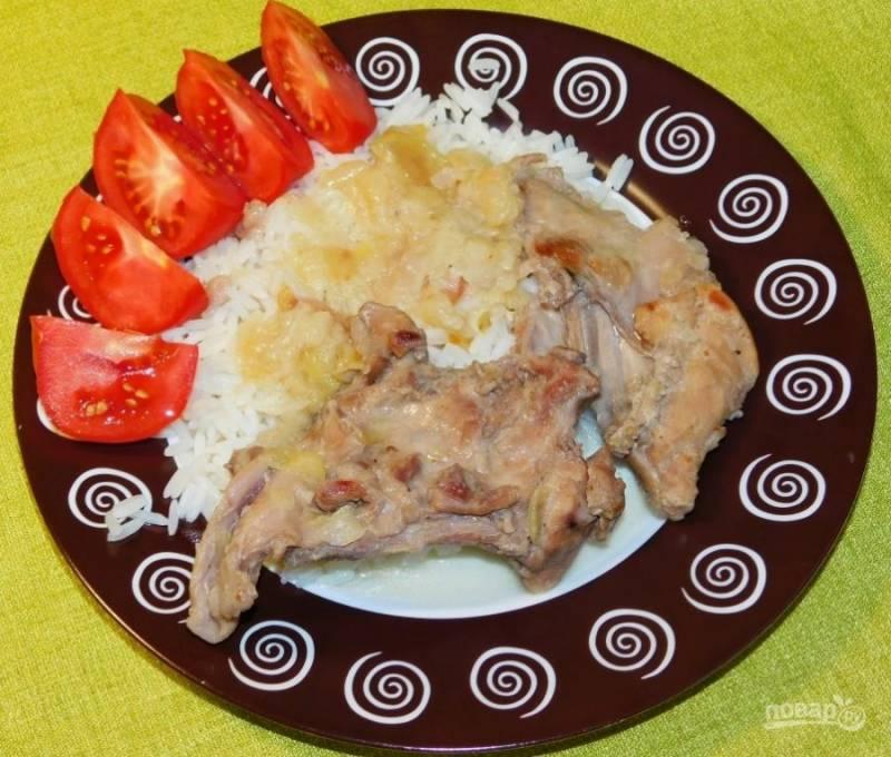 Подавайте крольчатину с любым гарниром, полив ароматным соусом. Приятного аппетита!