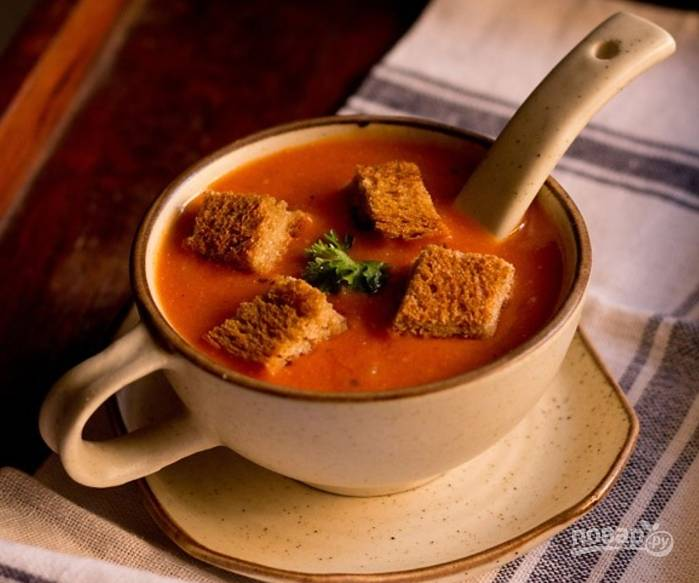 Смотрите на консистенцию супа. Если нужно, добавьте воды. Удалите лавровый лист, разложите суп по тарелкам, добавьте сухарики и угощайтесь.