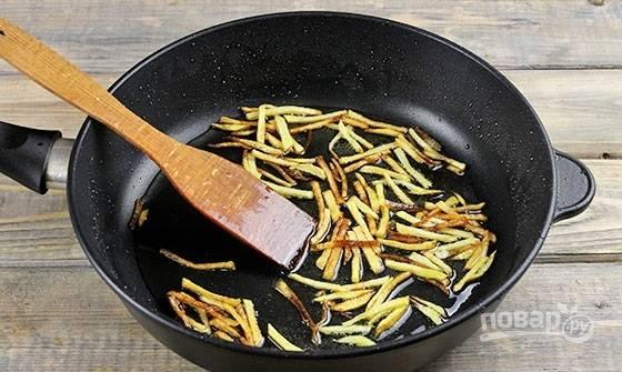 7. Небольшими порциями обжарьте на сковороде до румяности. Подсолите в процессе. После выложите на бумажное полотенце, чтобы убрать остатки масла.