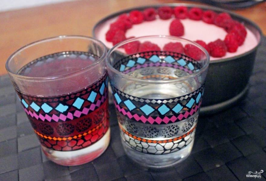 Тем временем сварите из 250 мл. воды и 10-15 ягод малины легкий, слегка розовый компот. Растворите оставшийся желатин, на водяной бане смешайте его с 250 мл. воды. Потом добавьте в компот. В итоге получается 500 граммов малинового желе.