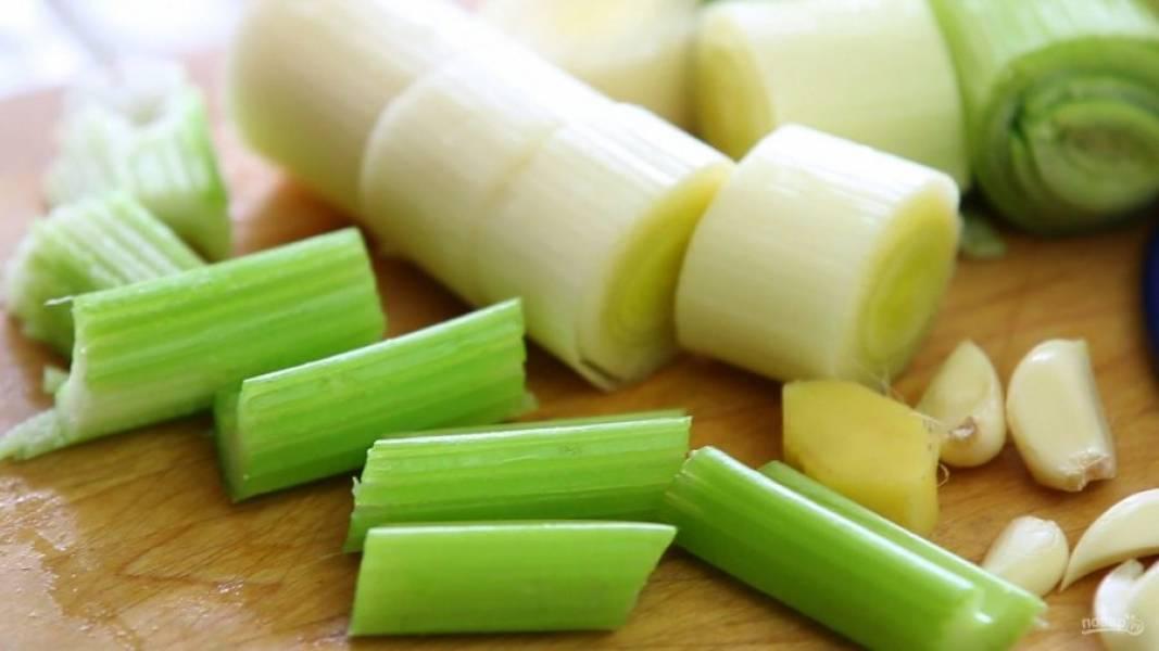 2. Займитесь овощами. Почистите и нарежьте крупными кусочками оба вида лука, сельдерей и чеснок.
