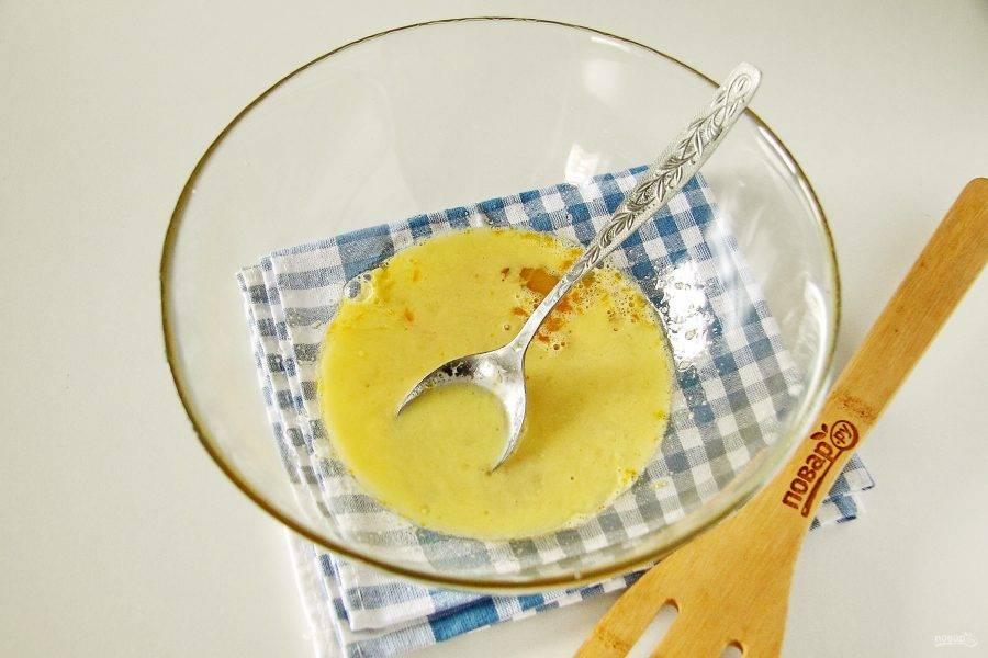 Добавьте растопленный и охлажденный маргарин и растительное масло.