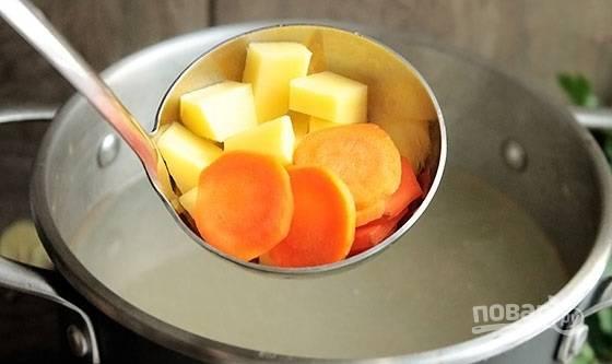 2. Рыбку аккуратно достаньте из бульона, а в кастрюлю отправьте овощи. Посолите по вкусу, добавьте лавровый лист для аромата и по желанию специи.