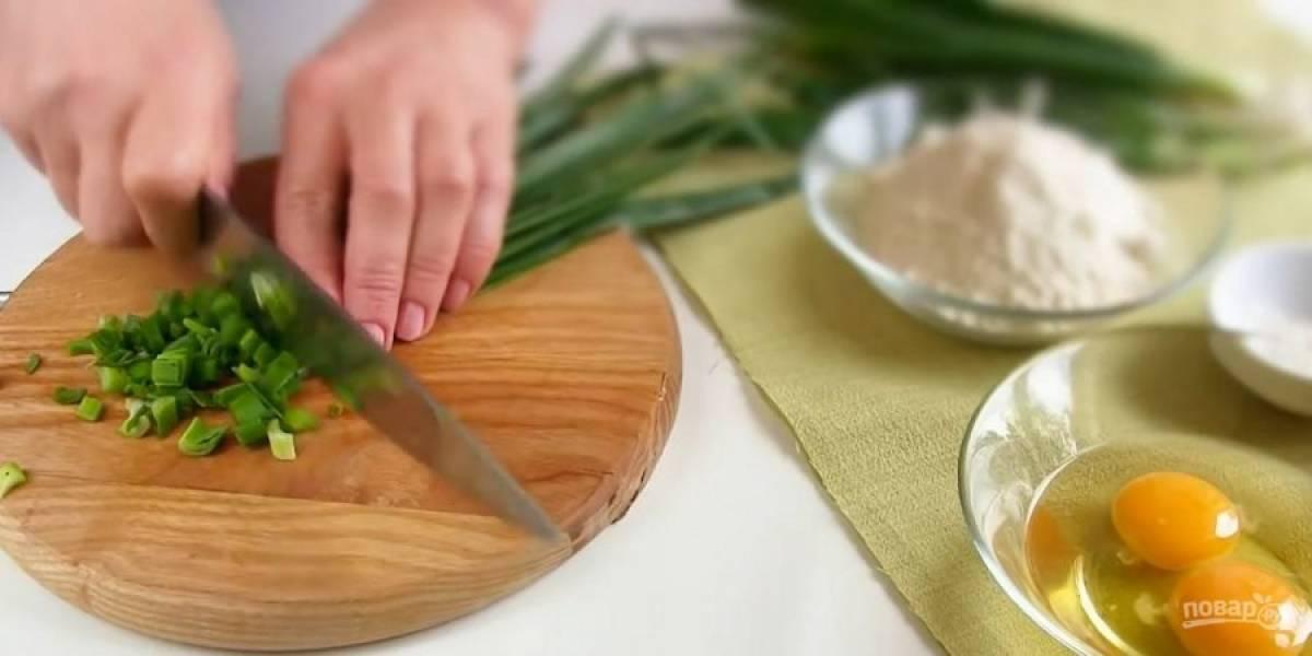 1. Большой пучок зеленого лука нарежьте тонкими кольцами вместе с белой частью пучка и помните. Добавьте яйца (их не нужно взбалтывать), соль и перец по вкусу.