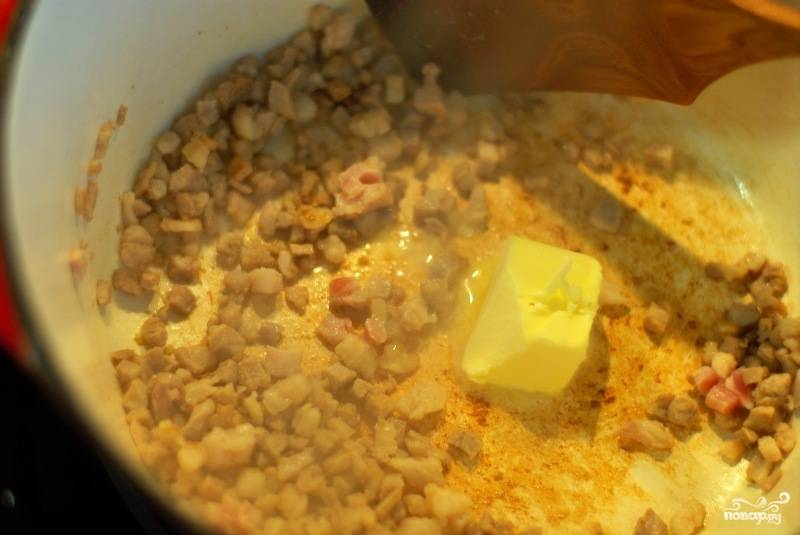 Сало обжариваем со сливочным маслом.