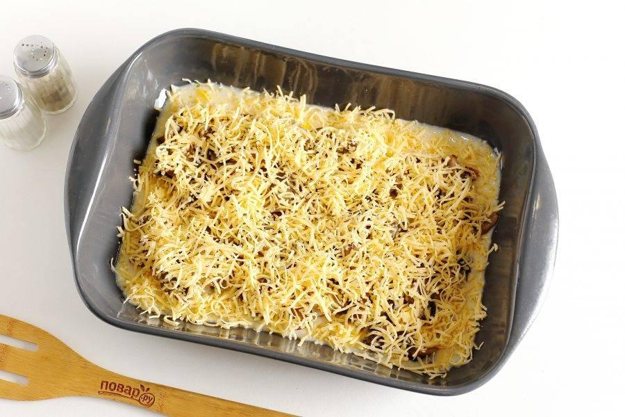 Залейте все яичной смесью и посыпьте тертым сыром. Запекайте в духовке при температуре 180 градусов около 30 минут или до румяной корочки сверху.
