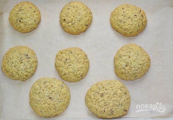 Выпекайте печенье 10-15 минут до готовности.