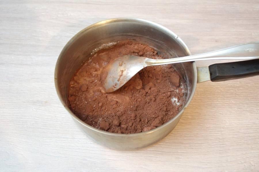 6. Разогрейте духовку до 180 градусов. Запекайте чизкейк в духовке 40 минут. Пока он печется, приготовьте шоколадный крем- карамель. В сотейник поместите какао, добавьте 1-2 ст. ложки молока, 2 ст. ложки сахара. Поставьте массу на огонь и, постоянно помешивая, доведите до однородности. Сахар начнет плавится, глазурь быстро станет жидкой.