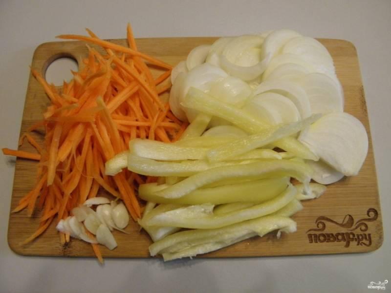 Все овощи порежьте длинными полосками, лук — полукольцами, чеснок — просто пластинками или продавите его через пресс.