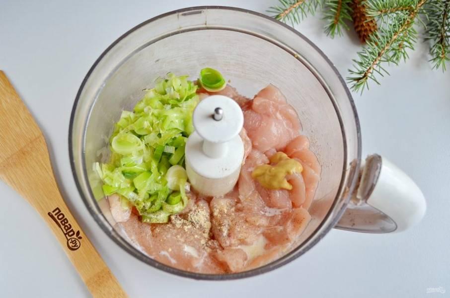 В чашу измельчителя положите куриное мясо, сливки, лук-порей, имбирный порошок, горчицу, соль.