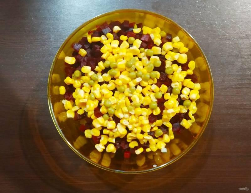 Добавьте кукурузу, посолите и заправьте маслом.