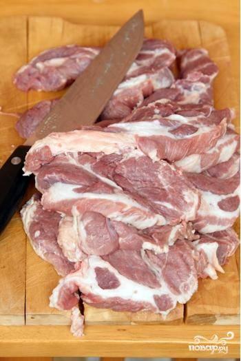 Свинину нарезаем на куски толщиной чуть больше 1 см.