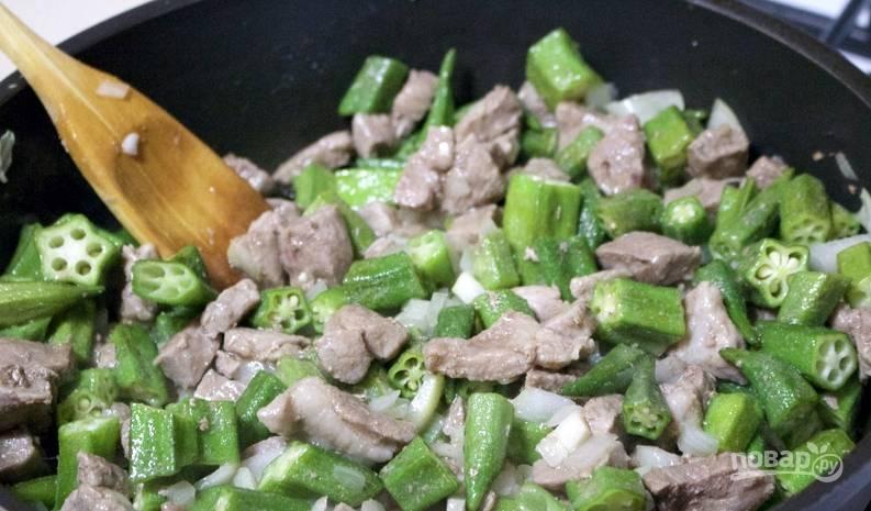 Разогрейте в глубокой сковороде масло и обжарьте мясо до золотистости. Добавьте измельченный лук, болгарский перец, чеснок, а также абельмош. Тушите все минут 5.