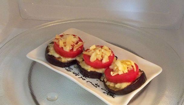 Снова немного посолите и присыпьте сверху сыром. Запекайте овощи с сыром в микроволновой печи (буквально 2 минуты) или в духовке (тоже пару минут). Это позволит сыру расплавиться и образовать аппетитную корочку.