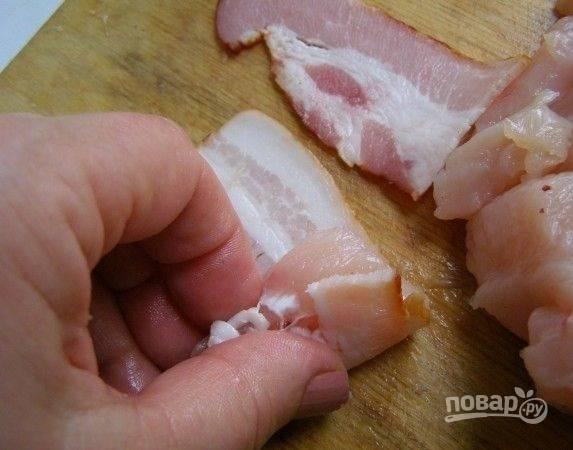 5. Каждый кусочек грудки оберните беконом.