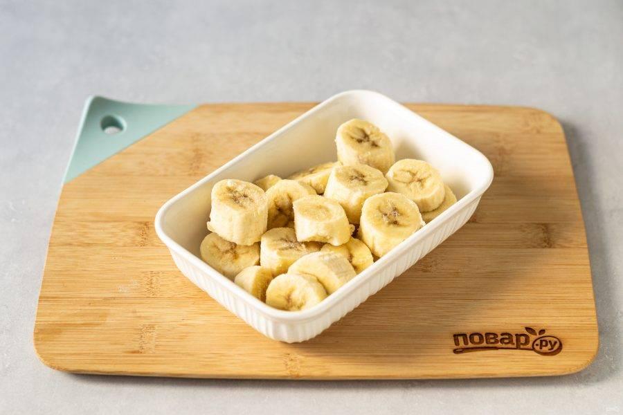 Бананы нарежьте кружочками, уберите в морозилку на 8 часов.